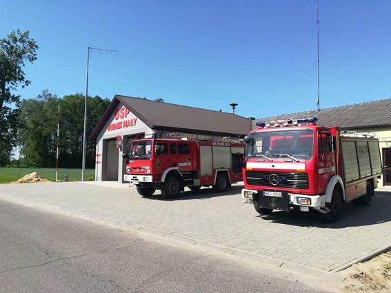 dwa wozy strażackie przed remizą