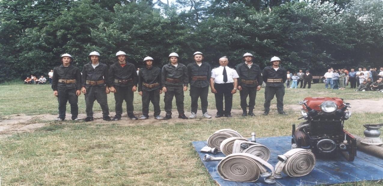 zastęp strażaków w szeregu