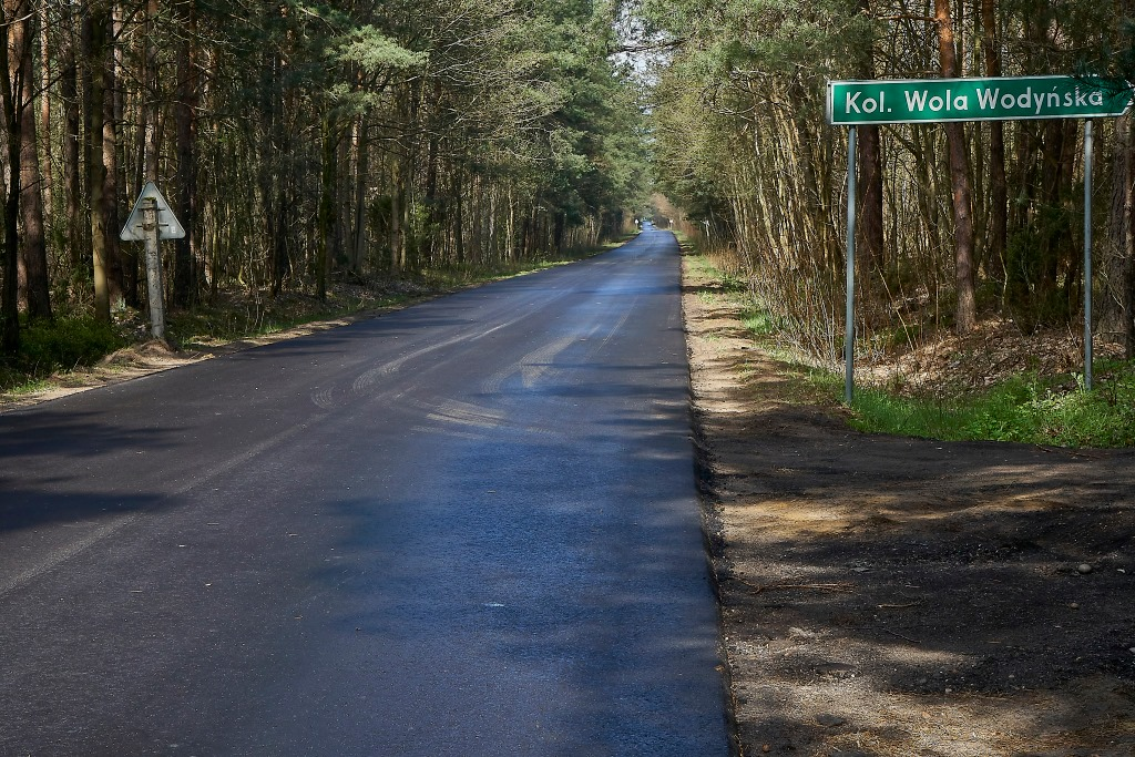 Zdjęcie przedstawia zmodernizowaną drogę